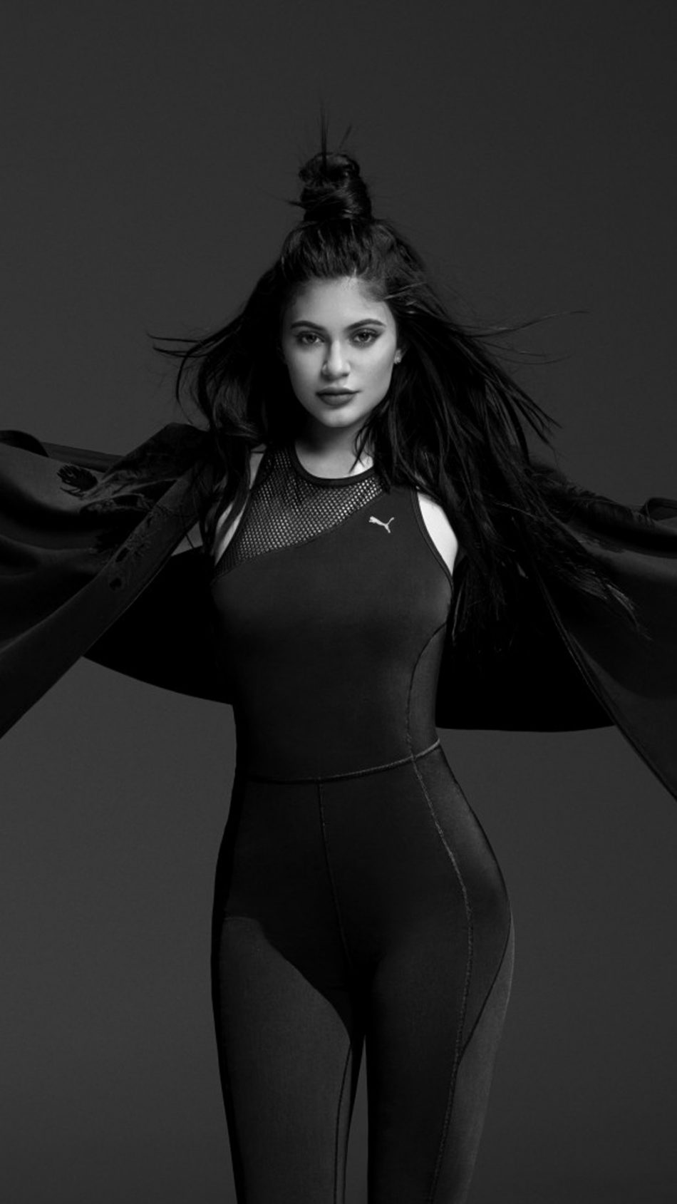 950x1689 Descargar Kylie Jenner Puma Black & White Photoshoot Free Pure 4K